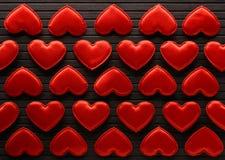Röda hjärtor som göras av torkduken Arkivfoto