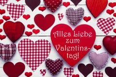 Röda hjärtor textur, text Valentinstag betyder lycklig valentindag Royaltyfri Bild