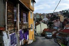 röda hus för grå färger för gräsplanblåttguling i Istanbul Arkivfoton