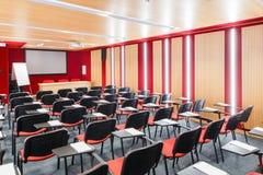 Röda inre konferenskorridorer med flipchart, overheadprojektor Royaltyfri Fotografi