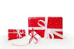 Röda isolerade julgåvor Arkivbilder