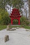 Röda japanträdgård och hus arkivfoto