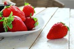 Röda jordgubbar i en vit bunke royaltyfri bild