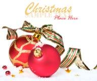 Röda julbollar med bandet Royaltyfri Foto