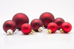 Röda julbollar på vit bakgrund Arkivbild