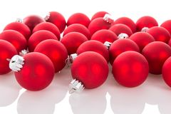 Röda julbollar som isoleras på en vit bakgrund Fotografering för Bildbyråer