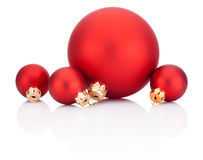 Röda julbollar som isoleras på vit bakgrund Arkivfoto