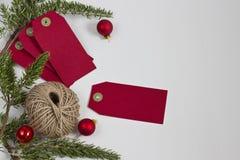 Röda juletiketter och tvinnar Fotografering för Bildbyråer