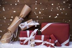 Röda julgåvor, gåvor, vitt band, snöflingor Royaltyfri Foto