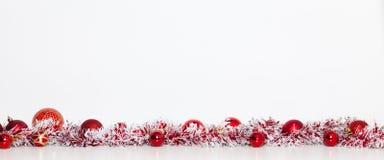 röda julgarneringar arkivfoton