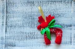 Röda julhjortar med den gröna pilbågen på vit Royaltyfri Fotografi