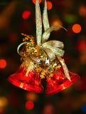 Röda julklockor på julgranen fotografering för bildbyråer