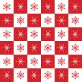 Röda julmodellsnöflingor och vitt schack Fotografering för Bildbyråer