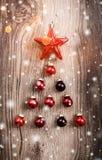 Röda julprydnader på träferiebakgrund Sammansättning för Xmas och för lyckligt nytt år royaltyfri bild