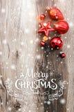 Röda julprydnader på träferiebakgrund Sammansättning för Xmas och för lyckligt nytt år arkivbilder