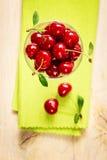 Röda körsbär för sommar Royaltyfria Bilder