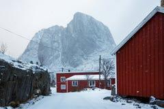 Röda kabiner i Hamnoy, Lofoten Royaltyfria Bilder