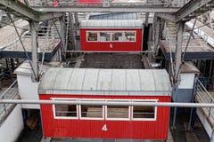 Röda kabiner på ett stort hjul Royaltyfri Bild