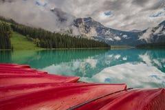 Röda kanoter och bergreflexioner på Yoho National Park Canada arkivfoto
