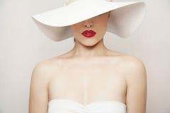 Röda kanter och vit hatt Royaltyfri Bild
