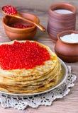 röda kaviarpannkakor Arkivfoton