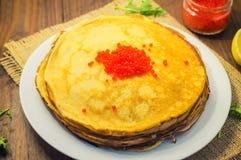 röda kaviarpannkakor soup för ryss för borschtcloseupkokkonst Royaltyfria Bilder