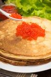 röda kaviarpannkakor soup för ryss för borschtcloseupkokkonst Lekmanna- lägenhet Maslenitsa spelrum med lampa Närbild Arkivfoto