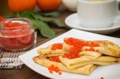 röda kaviarpannkakor soup för ryss för borschtcloseupkokkonst Lekmanna- lägenhet Maslenitsa spelrum med lampa Närbild Arkivfoton