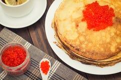 röda kaviarpannkakor soup för ryss för borschtcloseupkokkonst Lekmanna- lägenhet Maslenitsa spelrum med lampa Top beskådar Närbil Arkivfoto