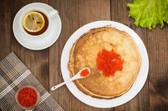 röda kaviarpannkakor soup för ryss för borschtcloseupkokkonst Lekmanna- lägenhet Maslenitsa spelrum med lampa Top beskådar Närbil Arkivbilder