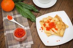 röda kaviarpannkakor soup för ryss för borschtcloseupkokkonst Lekmanna- lägenhet Maslenitsa spelrum med lampa Top beskådar Närbil Royaltyfri Fotografi