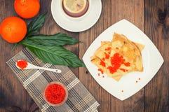 röda kaviarpannkakor soup för ryss för borschtcloseupkokkonst Lekmanna- lägenhet Maslenitsa spelrum med lampa Top beskådar Närbil Royaltyfri Bild