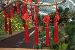 Röda kinesiska hängande garneringar royaltyfri foto