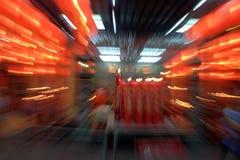 Röda kinesiska lyktor för abstrakt suddighetsbakgrund Arkivfoton