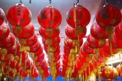Röda kinesiska lyktor i en relikskrin Royaltyfri Foto