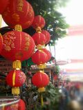 röda kinesiska lyktor Kinesiska lyckliga berlock i chinatown Kinesisk newyear 2015 Arkivbild