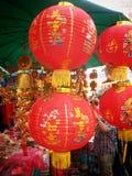 röda kinesiska lyktor Kinesiska lyckliga berlock i chinatown Kinesisk newyear 2015 Royaltyfria Foton