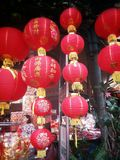 röda kinesiska lyktor Kinesiska lyckliga berlock i chinatown Kinesisk newyear 2015 Royaltyfri Bild