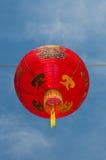 Röda kinesiska lyktor mot en blå himmel royaltyfri foto