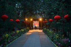 Röda kinesiska lyktor på skymning parkerar in på den härliga gamla staden av Chengdu, Sichuan, Kina royaltyfri bild