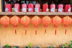 Röda kinesiska lyktor som hänger garnering Royaltyfria Bilder