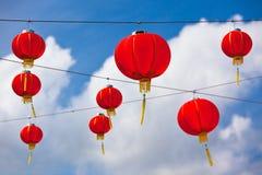 Röda kinesiska pappers- lyktor mot en blå himmel Arkivfoton