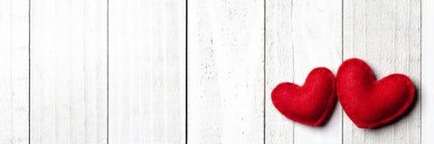 Röda klädde med filt Valentine Heart royaltyfri foto
