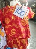 Röda kläder för kinesisk unge på chinatown bangkok Thailand Arkivfoton