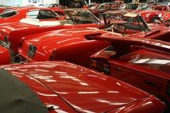 Röda klassiska bilar Arkivbilder