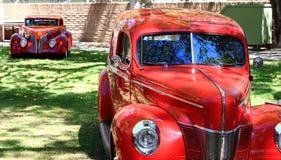 Röda klassiska bilar royaltyfri foto