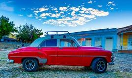 Röda klassiska Chevy parkeras framme av en kyrka Arkivbilder