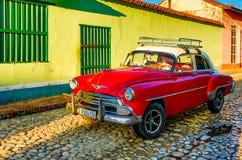Röda klassiska Chevy parkeras framme av ett hem Royaltyfri Fotografi