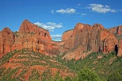 Röda klippor i den Kolob kanjonen royaltyfri fotografi