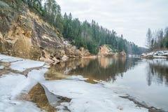 Röda klippor i vinter på Lettland Arkivbild